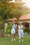 Les couples supérieurs s'approchent de la station de vacances d'hôtel Photos stock