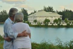 Les couples supérieurs s'approchent de la station de vacances d'hôtel Photos libres de droits