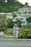 Les couples supérieurs s'approchent de la station de vacances d'hôtel Photo libre de droits