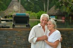 Les couples supérieurs s'approchent de la station de vacances d'hôtel Image libre de droits