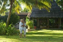 Les couples supérieurs s'approchent de la station de vacances d'hôtel Images libres de droits
