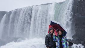 Les couples supérieurs voyagent au voyage étonnant de retraite de l'Islande Photographie stock libre de droits