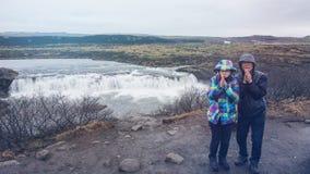 Les couples supérieurs voyagent au voyage étonnant de retraite de l'Islande Image stock