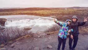 Les couples supérieurs voyagent au voyage étonnant de retraite de l'Islande Photos libres de droits