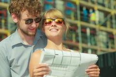 Les couples sur l'avant de la nouvelle maison avec le modèle projettent Image libre de droits