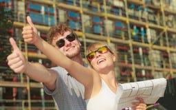 Les couples sur l'avant de la nouvelle maison avec le modèle projettent Images libres de droits