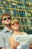 Les couples sur l'avant de la nouvelle maison avec le modèle projettent Photo stock