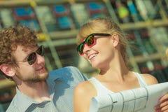Les couples sur l'avant de la nouvelle maison avec le modèle projettent Image stock