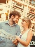 Les couples sur l'avant de la nouvelle maison avec le modèle projettent Photos stock