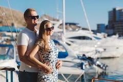 Les couples sur le pilier près du yacht mettent en communication Images libres de droits