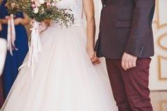 Les couples tenant des mains dans un moment passionnant 8506 Photos stock