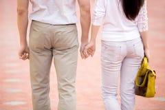 Les couples tenant des mains, se ferment  image stock