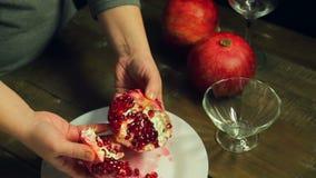 Les coupures de femme ont épluché la concession d'un plat blanc sur une table en bois clips vidéos