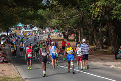 Les coureurs durent camarades Marathon 2014 de colline images stock