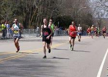 Les coureurs masculins emballe vers le haut de la colline de immense chagrin pendant le marathon de Boston le 18 avril 2016 à Bos Images stock