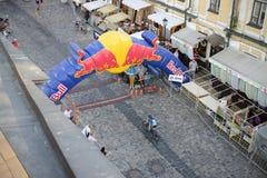 Les coureurs sont sur des chasseurs de colline de Red Bull images libres de droits