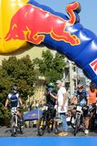 Les coureurs sont sur des chasseurs de colline de Red Bull image libre de droits