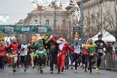 Les coureurs sur le début de Noël traditionnel de Vilnius emballent image libre de droits