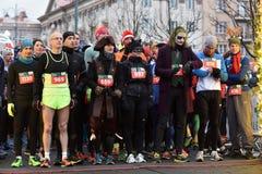 Les coureurs sur le début de Noël traditionnel de Vilnius emballent photos stock