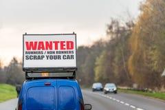 Les coureurs voulus de coureurs non ferraillent votre voiture se connectent le toit de voiture à côté de l'autoroute BRITANNIQUE Images stock