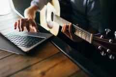 Les cours en ligne de musique apprennent la guitare de jeu photographie stock