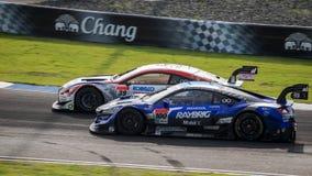 Les courses conjuguent la bataille DENSO KOBELCO SARD RC F GT500 avec RAYBRIG NSX Image libre de droits