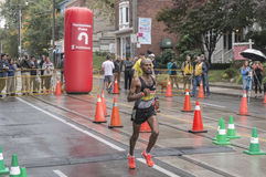 Les courses de Habte de marathonien du numéro 11 après le point de revirement de 33 kilomètres au marathon 2016 de bord de mer de Photos libres de droits