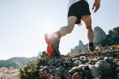 Les courses sportives d'homme fort traînent ultra le marathon Photo stock