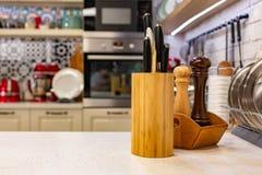 Les couteaux de cuisine dans un support en bois spécial avec l'épice cogne Plan rapproché concept de cuisine Photo libre de droits