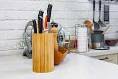 Les couteaux de cuisine dans un support en bois spécial avec l'épice cogne Plan rapproché concept de cuisine Images stock