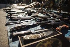 Les couteaux sur le marché en plein air en Georgia Caucasus voyagent images stock