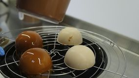 Les couvertures méconnaissables de confiseur ont fait des gâteaux cuire au four avec le glaçage de caramel Processus de préparer  banque de vidéos