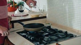 Les crêpes de cuisinier de début d'homme à la poêle clips vidéos
