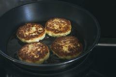 Les crêpes de fromage blanc frites dans la casserole Photo stock