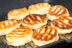 Les crêpes douces russes traditionnelles de fromage blanc de syrniki ont fait frire dans la poêle Photographie stock libre de droits