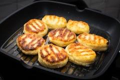 Les crêpes douces russes traditionnelles de fromage blanc de syrniki ont fait frire dans la poêle Photographie stock