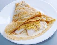 Les crêpes ont bourré le blanc de poulet et le fromage. Image stock