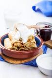 Les crêpes roule avec avec avec le remplissage de fromage blanc Photos stock