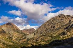 Les crêtes majestueuses menant dans Yosemite se garent Image libre de droits