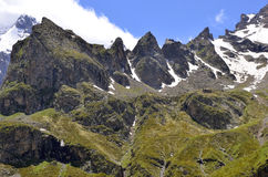 Les crêtes pointues de la gamme de montagne Image stock
