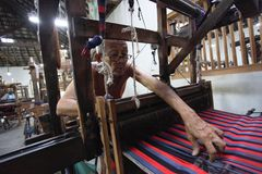Les craftmens les plus anciens tissant le lurik Photographie stock libre de droits