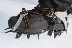 Les crampons mordent dans la neige dure Matériel s'élevant Photo libre de droits