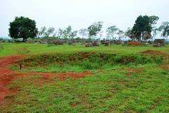 Les cratères de bombe de la guerre de Vietnam entourent les urnes en pierre mégalithiques géantes à la plaine du site archéologiq photos stock