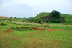 Les cratères de bombe de la guerre de Vietnam entourent les urnes en pierre mégalithiques géantes à la plaine du site archéologiq photos libres de droits