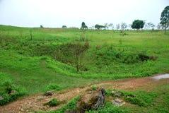 Les cratères de bombe de la guerre de Vietnam entourent les urnes en pierre mégalithiques géantes à la plaine du site archéologiq photographie stock libre de droits
