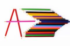 Les crayons colorés et marquent avec des lettres A des crayons sur le fond blanc Photos libres de droits