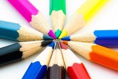 Les crayons colorés ont arrangé en cercle Image libre de droits