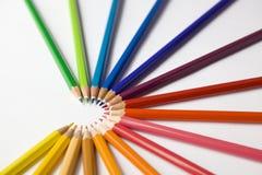 Les crayons colorés ont arrangé en semi cercle Photographie stock