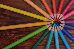 Les crayons colorés se ferment sur une surface en bois image libre de droits