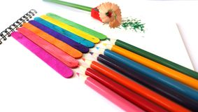 Les crayons colorés sur le fond blanc Image stock